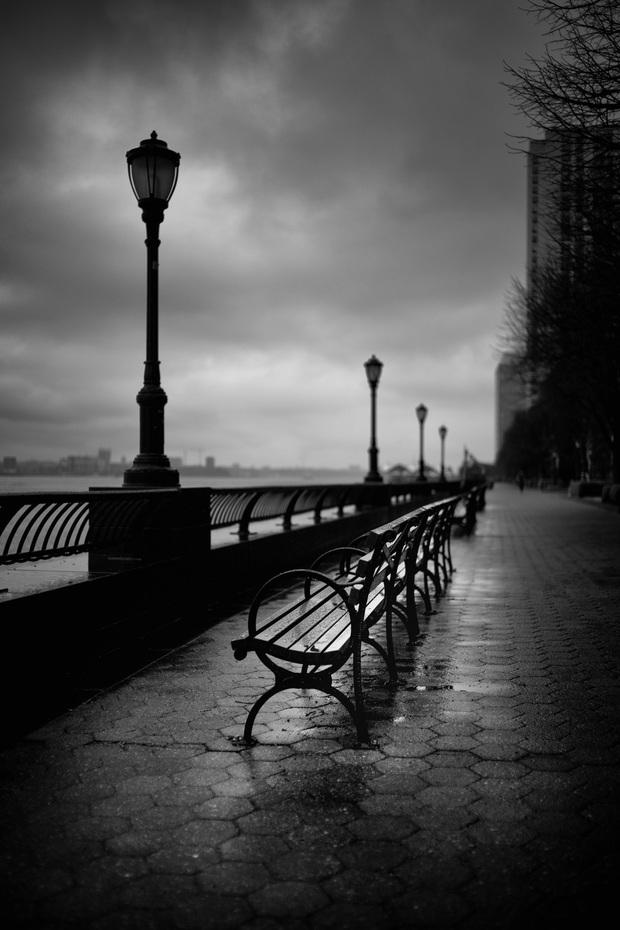 Chùm ảnh đẹp nhưng buồn đến lặng người: Thành phố New York nhộn nhịp bỗng hóa ảm đạm trong những ngày Covid-19 bao trùm - Ảnh 11.