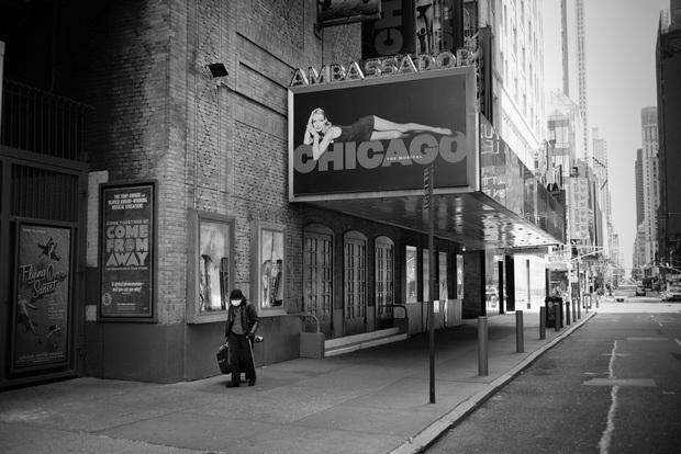 Chùm ảnh đẹp nhưng buồn đến lặng người: Thành phố New York nhộn nhịp bỗng hóa ảm đạm trong những ngày Covid-19 bao trùm - Ảnh 4.