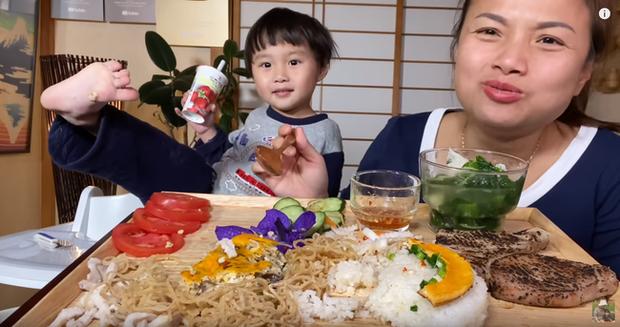 Bé khỉ con Sa đã khỏe lại sau trận ốm sốt, vui vẻ ăn cơm tấm sườn bì cùng mẹ Quỳnh Trần trong vlog mới - Ảnh 7.