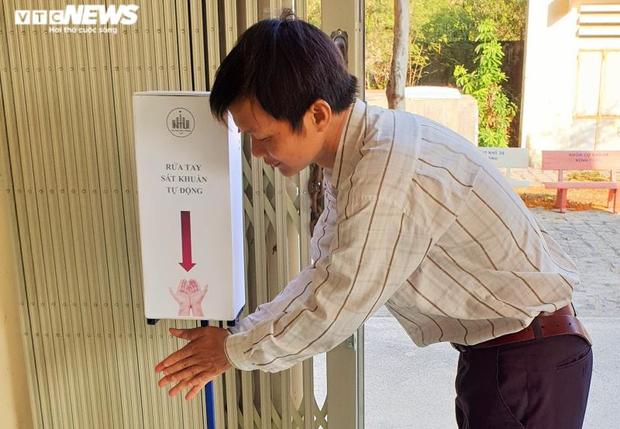 Sinh viên chế tạo máy rửa tay sát khuẩn tự động phòng Covid-19 - Ảnh 2.