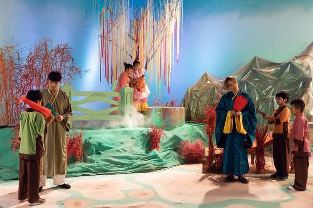 Giải mã MV mới của Hoàng Thuỳ Linh: Ván cờ căng não, 5 bức tranh Hàng Trống cùng những ẩn ý đằng sau hàng chục bộ trang phục - Ảnh 9.