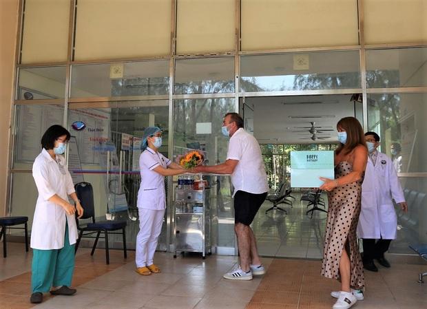 Bệnh nhân Covid-19 thứ 57 xuất viện, tặng hoa và cúi đầu cảm ơn bác sĩ bằng tiếng Việt - Ảnh 3.