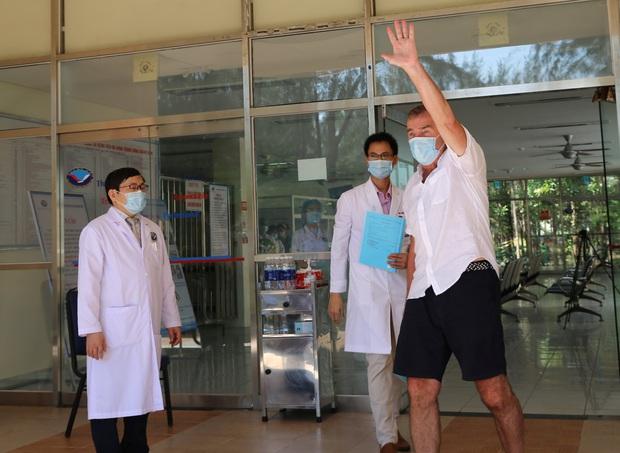 Bệnh nhân Covid-19 thứ 57 xuất viện, tặng hoa và cúi đầu cảm ơn bác sĩ bằng tiếng Việt - Ảnh 2.