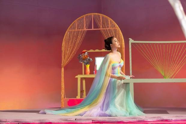 Giải mã MV mới của Hoàng Thuỳ Linh: Ván cờ căng não, 5 bức tranh Hàng Trống cùng những ẩn ý đằng sau hàng chục bộ trang phục - Ảnh 13.