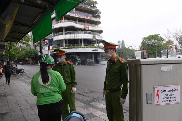 Đã có 3 người Hà Nội đầu tiên bị xử phạt vì ra đường khi không cần thiết  - Ảnh 2.
