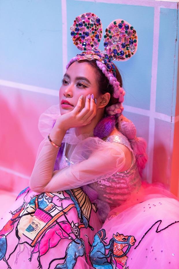 Giải mã MV mới của Hoàng Thuỳ Linh: Ván cờ căng não, 5 bức tranh Hàng Trống cùng những ẩn ý đằng sau hàng chục bộ trang phục - Ảnh 2.