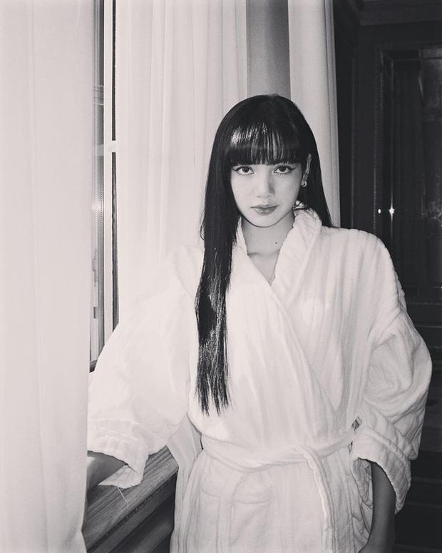 Chỉ đơn giản là diện áo choàng tắm, mỹ nhân Việt - Hàn đã có được những khoảnh khắc sống ảo cực nghệ - Ảnh 1.