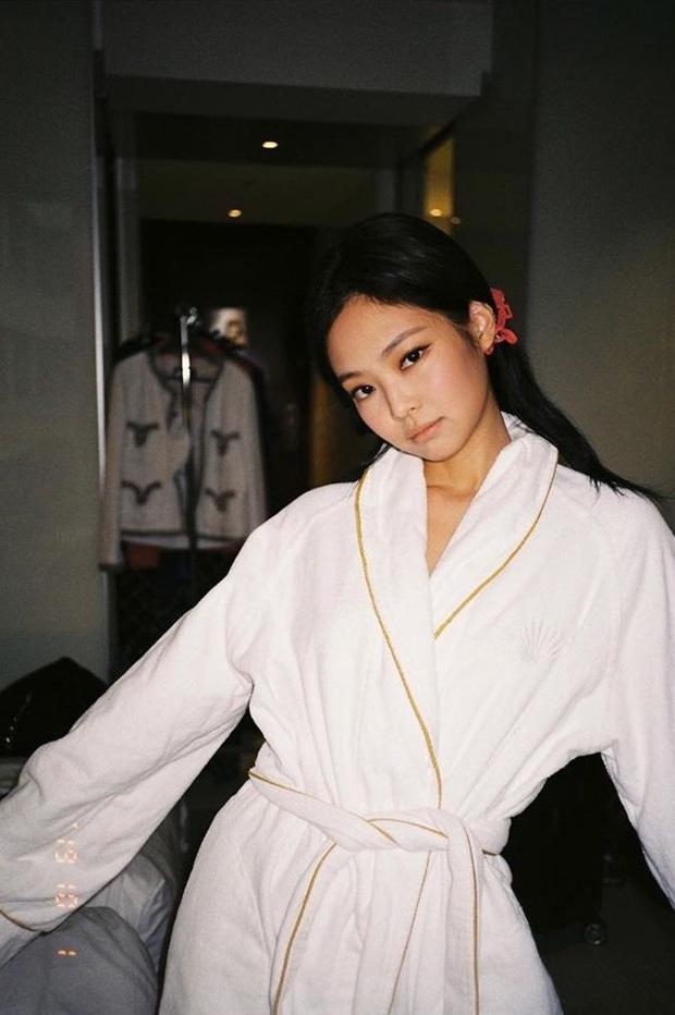 Chỉ đơn giản là diện áo choàng tắm, mỹ nhân Việt - Hàn đã có được những khoảnh khắc sống ảo cực nghệ - Ảnh 2.