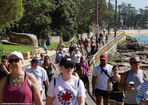 Hàng ngàn người tại điểm nóng Covid-19 ở Úc lại ra bãi biển vui chơi - Ảnh 1.