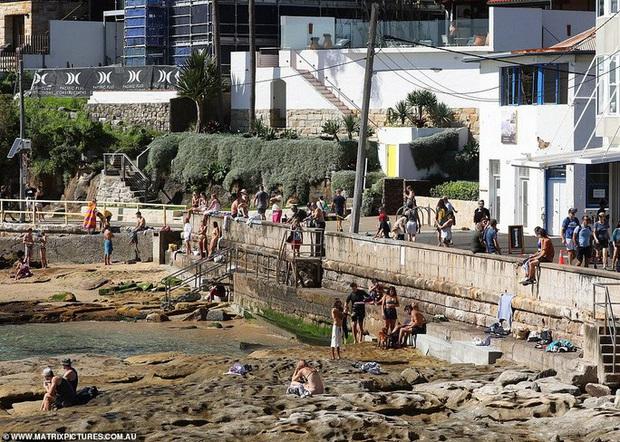 Hàng ngàn người tại điểm nóng Covid-19 ở Úc lại ra bãi biển vui chơi - Ảnh 4.