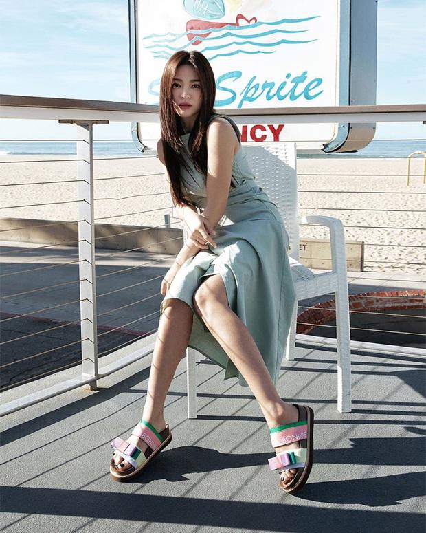 Diện lên cực trẻ và chơi, bảo sao Song Hye Kyo lẫn Hà Tăng đều tích cực lăng xê mẫu sandal thô kệch này - Ảnh 4.