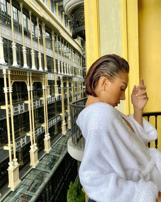 Chỉ đơn giản là diện áo choàng tắm, mỹ nhân Việt - Hàn đã có được những khoảnh khắc sống ảo cực nghệ - Ảnh 9.