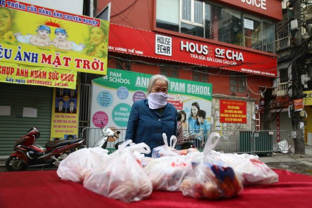 Chùm ảnh: Ai cần cứ đến lấy và hàng trăm suất ăn miễn phí dành tặng người lao động nghèo giữa mùa dịch covid -19 ở Hà Nội - Ảnh 4.