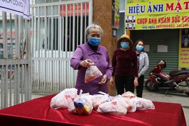 Chùm ảnh: Ai cần cứ đến lấy và hàng trăm suất ăn miễn phí dành tặng người lao động nghèo giữa mùa dịch covid -19 ở Hà Nội - Ảnh 7.