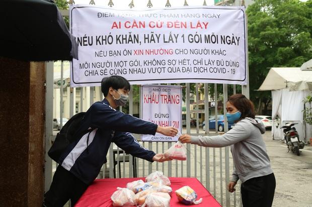 Chùm ảnh: Ai cần cứ đến lấy và hàng trăm suất ăn miễn phí dành tặng người lao động nghèo giữa mùa dịch covid -19 ở Hà Nội - Ảnh 5.