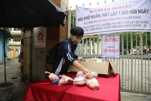 Chùm ảnh: Ai cần cứ đến lấy và hàng trăm suất ăn miễn phí dành tặng người lao động nghèo giữa mùa dịch covid -19 ở Hà Nội - Ảnh 9.