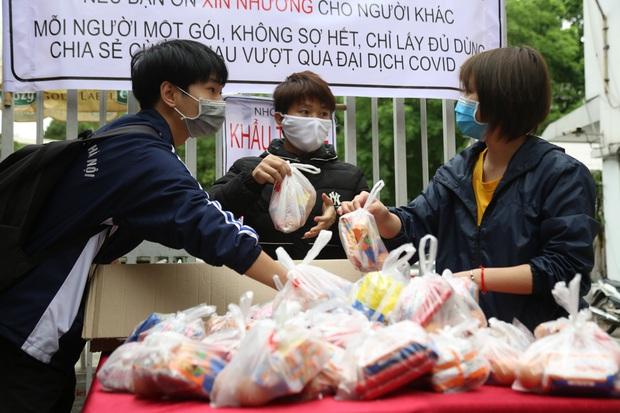 Chùm ảnh: Ai cần cứ đến lấy và hàng trăm suất ăn miễn phí dành tặng người lao động nghèo giữa mùa dịch covid -19 ở Hà Nội - Ảnh 1.