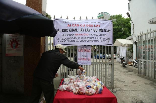 Chùm ảnh: Ai cần cứ đến lấy và hàng trăm suất ăn miễn phí dành tặng người lao động nghèo giữa mùa dịch covid -19 ở Hà Nội - Ảnh 2.