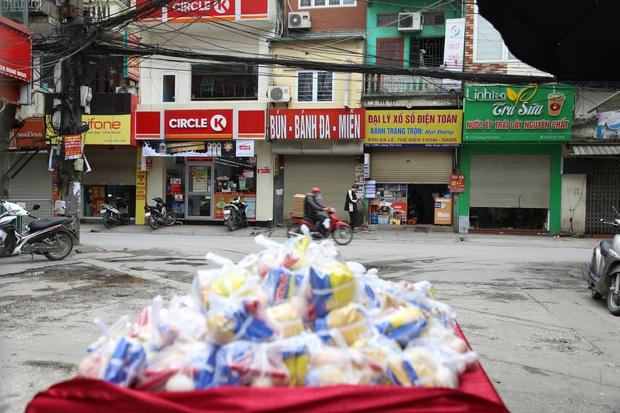 Chùm ảnh: Ai cần cứ đến lấy và hàng trăm suất ăn miễn phí dành tặng người lao động nghèo giữa mùa dịch covid -19 ở Hà Nội - Ảnh 10.