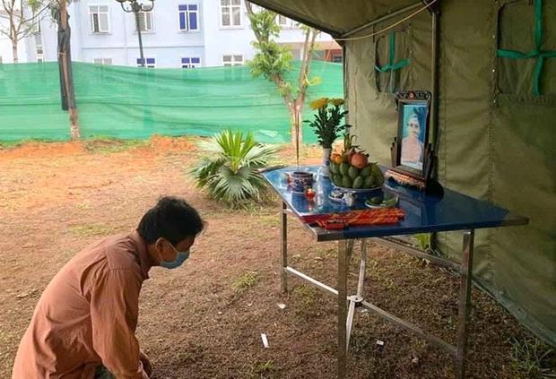 Người đàn ông Nghệ An lập bàn thờ chịu tang mẹ ở khu cách ly - Ảnh 1.