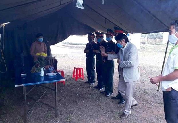 Người đàn ông Nghệ An lập bàn thờ chịu tang mẹ ở khu cách ly - Ảnh 2.