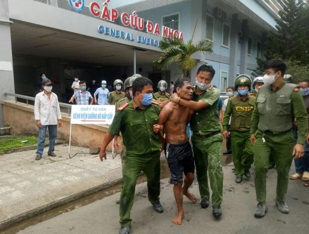 Khống chế kẻ mang dao và xăng đến đốt Bệnh viện Quảng Ngãi - Ảnh 1.