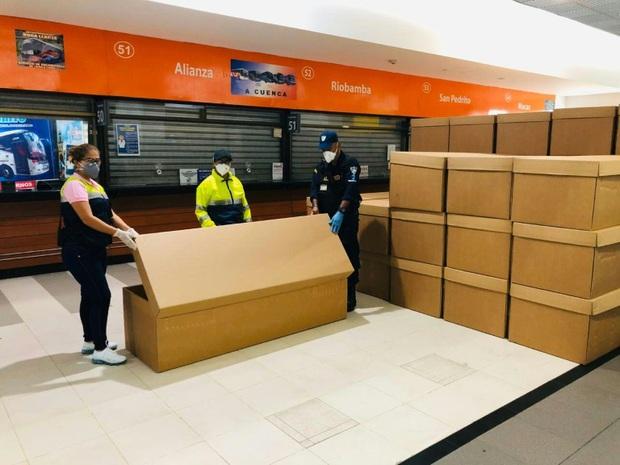 Khủng hoảng y tế ở Ecuador: Người tử vong vì Covid-19 suốt nhiều ngày không được chôn cất, phải đặt thi thể trong thùng các-tông vì thiếu quan tài - Ảnh 3.
