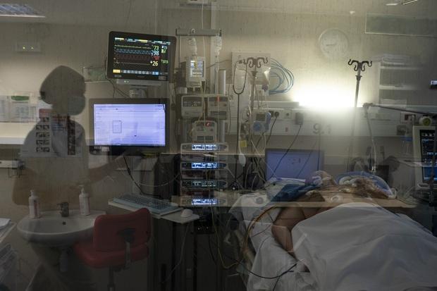 Phòng điều trị cho người nhiễm Covid-19 ở Tây Ban Nha: Căng thẳng tột độ, hơn phân nửa bệnh nhân phải nằm sấp với tình trạng lành ít dữ nhiều - Ảnh 1.