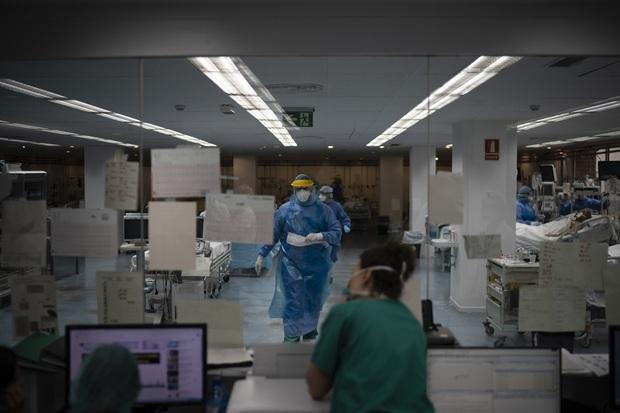 Phòng điều trị cho người nhiễm Covid-19 ở Tây Ban Nha: Căng thẳng tột độ, hơn phân nửa bệnh nhân phải nằm sấp với tình trạng lành ít dữ nhiều - Ảnh 3.