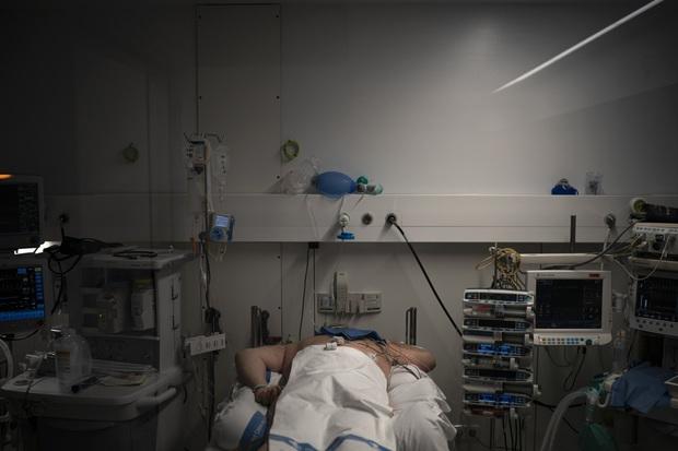 Phòng điều trị cho người nhiễm Covid-19 ở Tây Ban Nha: Căng thẳng tột độ, hơn phân nửa bệnh nhân phải nằm sấp với tình trạng lành ít dữ nhiều - Ảnh 5.