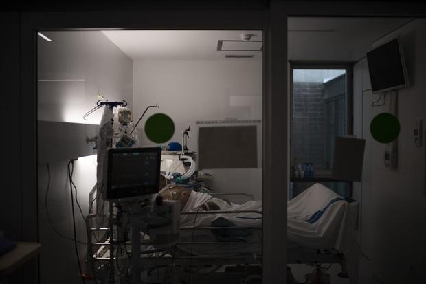 Phòng điều trị cho người nhiễm Covid-19 ở Tây Ban Nha: Căng thẳng tột độ, hơn phân nửa bệnh nhân phải nằm sấp với tình trạng lành ít dữ nhiều - Ảnh 7.