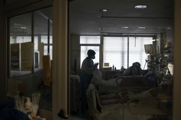 Phòng điều trị cho người nhiễm Covid-19 ở Tây Ban Nha: Căng thẳng tột độ, hơn phân nửa bệnh nhân phải nằm sấp với tình trạng lành ít dữ nhiều - Ảnh 9.