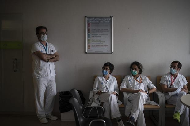 Phòng điều trị cho người nhiễm Covid-19 ở Tây Ban Nha: Căng thẳng tột độ, hơn phân nửa bệnh nhân phải nằm sấp với tình trạng lành ít dữ nhiều - Ảnh 10.