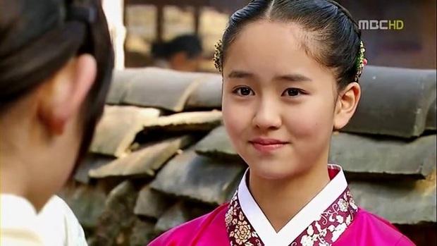 Bức ảnh gây bão hôm nay: 3 sao nhí Mặt trăng ôm mặt trời bé xíu bên Kim Soo Hyun nay lột xác, ra dáng mỹ nhân lắm rồi! - Ảnh 14.