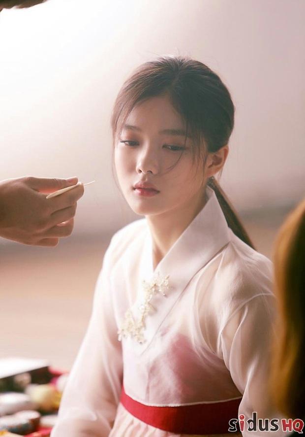 Bức ảnh gây bão hôm nay: 3 sao nhí Mặt trăng ôm mặt trời bé xíu bên Kim Soo Hyun nay lột xác, ra dáng mỹ nhân lắm rồi! - Ảnh 7.