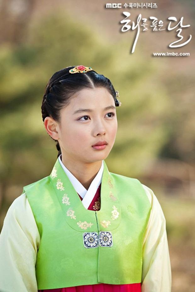 Bức ảnh gây bão hôm nay: 3 sao nhí Mặt trăng ôm mặt trời bé xíu bên Kim Soo Hyun nay lột xác, ra dáng mỹ nhân lắm rồi! - Ảnh 5.