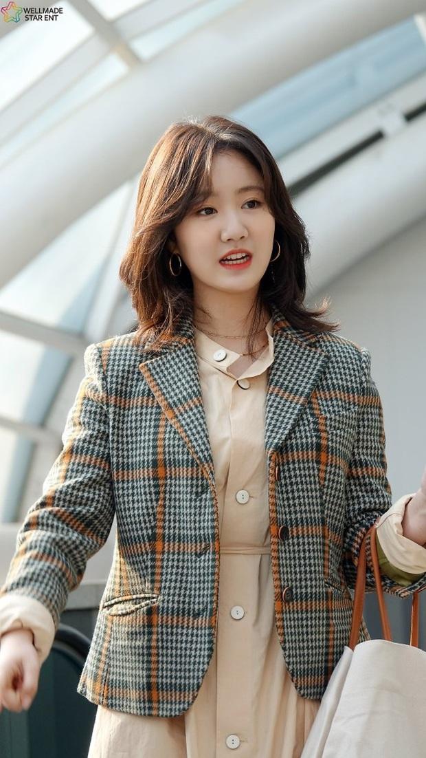 Bức ảnh gây bão hôm nay: 3 sao nhí Mặt trăng ôm mặt trời bé xíu bên Kim Soo Hyun nay lột xác, ra dáng mỹ nhân lắm rồi! - Ảnh 23.
