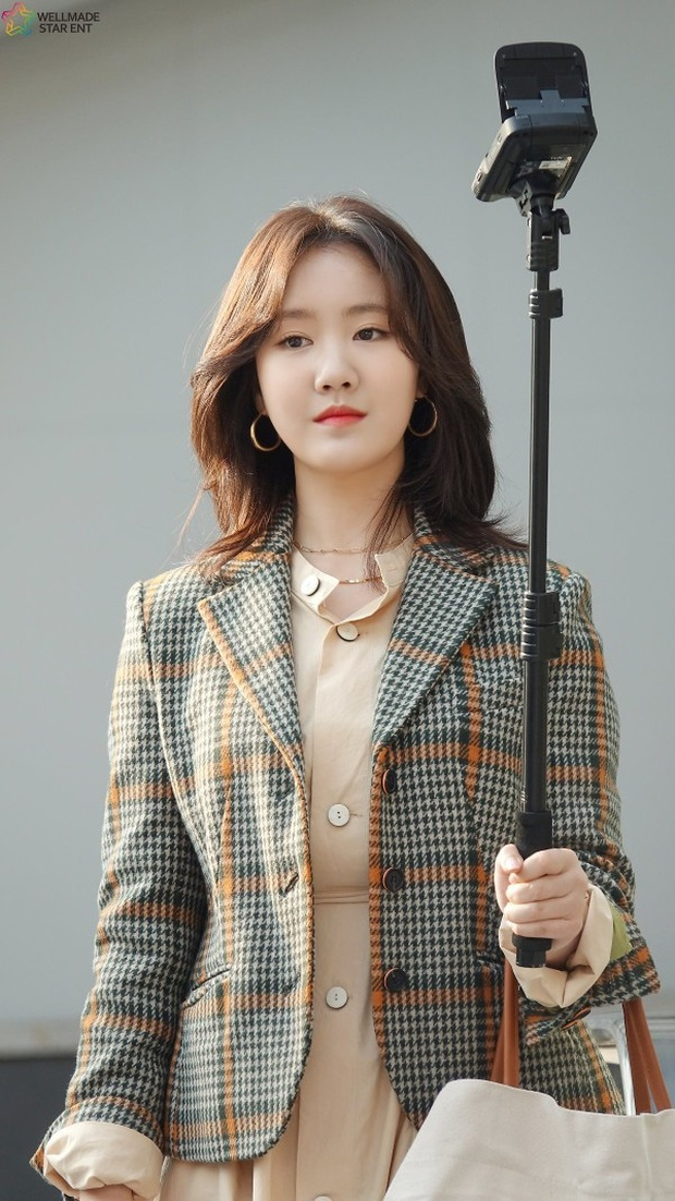 Bức ảnh gây bão hôm nay: 3 sao nhí Mặt trăng ôm mặt trời bé xíu bên Kim Soo Hyun nay lột xác, ra dáng mỹ nhân lắm rồi! - Ảnh 24.