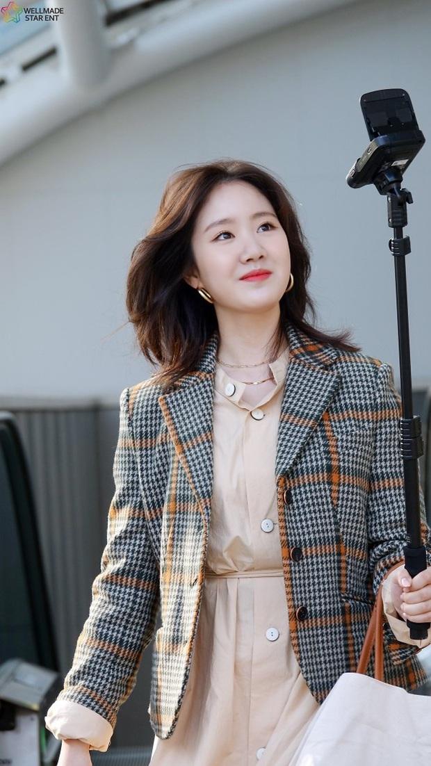 Bức ảnh gây bão hôm nay: 3 sao nhí Mặt trăng ôm mặt trời bé xíu bên Kim Soo Hyun nay lột xác, ra dáng mỹ nhân lắm rồi! - Ảnh 26.