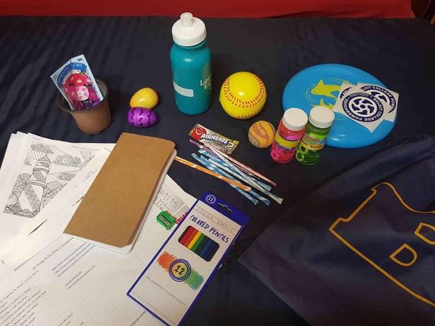 Ở lại Mỹ tự cách ly, nam du học sinh bất ngờ nhận được món quà chống trầm cảm: Bánh kẹo, sách tập thể dục, hạt giống... đều có hết! - Ảnh 1.