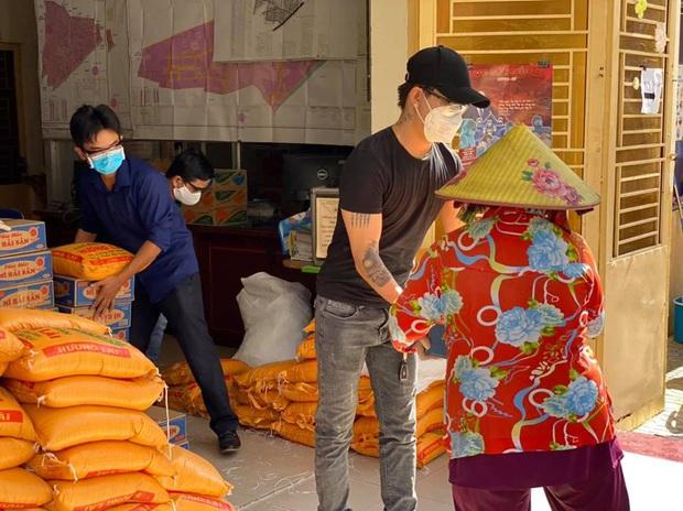 Nhật Kim Anh và TiTi (HKT) trao 3 tấn gạo, 300 thùng mì giúp bà con vượt qua mùa dịch, lời chia sẻ sau đó gây xúc động - Ảnh 6.