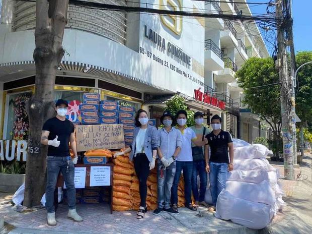 Nhật Kim Anh và TiTi (HKT) trao 3 tấn gạo, 300 thùng mì giúp bà con vượt qua mùa dịch, lời chia sẻ sau đó gây xúc động - Ảnh 2.