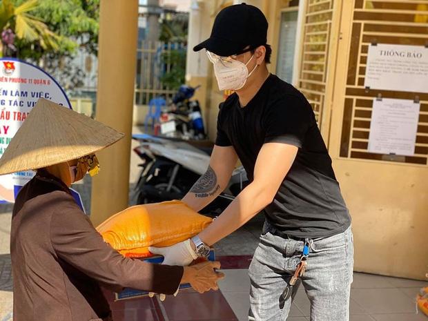 Nhật Kim Anh và TiTi (HKT) trao 3 tấn gạo, 300 thùng mì giúp bà con vượt qua mùa dịch, lời chia sẻ sau đó gây xúc động - Ảnh 5.