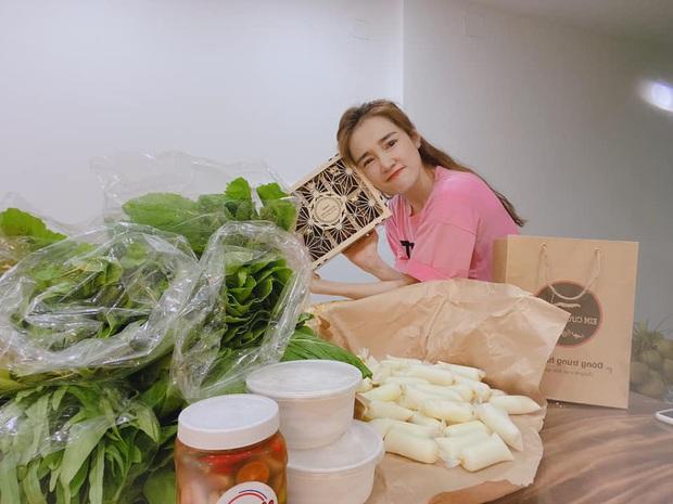 Sướng như Nhã Phương: Ở nhà vẫn được tiếp tế cả đống đồ ăn nhìn mà choáng, quyết chiến hết vì toàn món ngon - Ảnh 4.