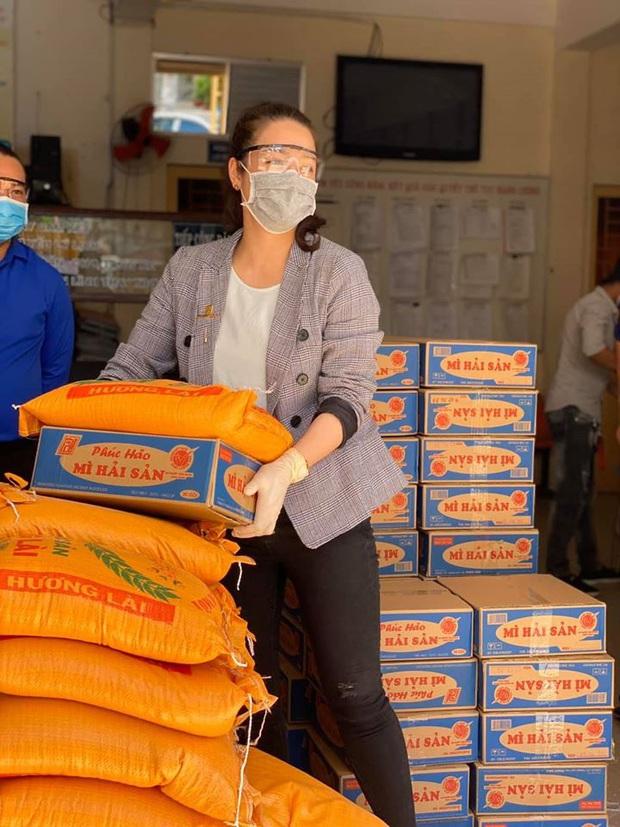 Nhật Kim Anh và TiTi (HKT) trao 3 tấn gạo, 300 thùng mì giúp bà con vượt qua mùa dịch, lời chia sẻ sau đó gây xúc động - Ảnh 3.
