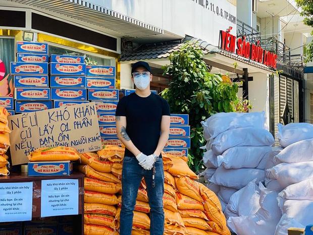 Nhật Kim Anh và TiTi (HKT) trao 3 tấn gạo, 300 thùng mì giúp bà con vượt qua mùa dịch, lời chia sẻ sau đó gây xúc động - Ảnh 4.