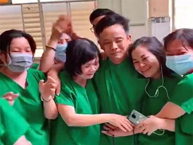 Clip xúc động: Y bác sĩ ôm nhau bật khóc khi bệnh nhân Covid-19 cuối cùng của Bình Thuận có kết quả xét nghiệm âm tính - Ảnh 2.