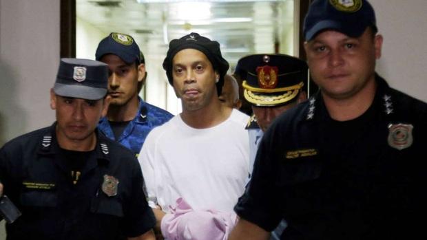 Huyền thoại Ronaldinho lần đầu chia sẻ trước ống kính kể từ ngày bị bỏ tù, gây chú ý bởi bộ râu cực lạ lẫm - Ảnh 3.