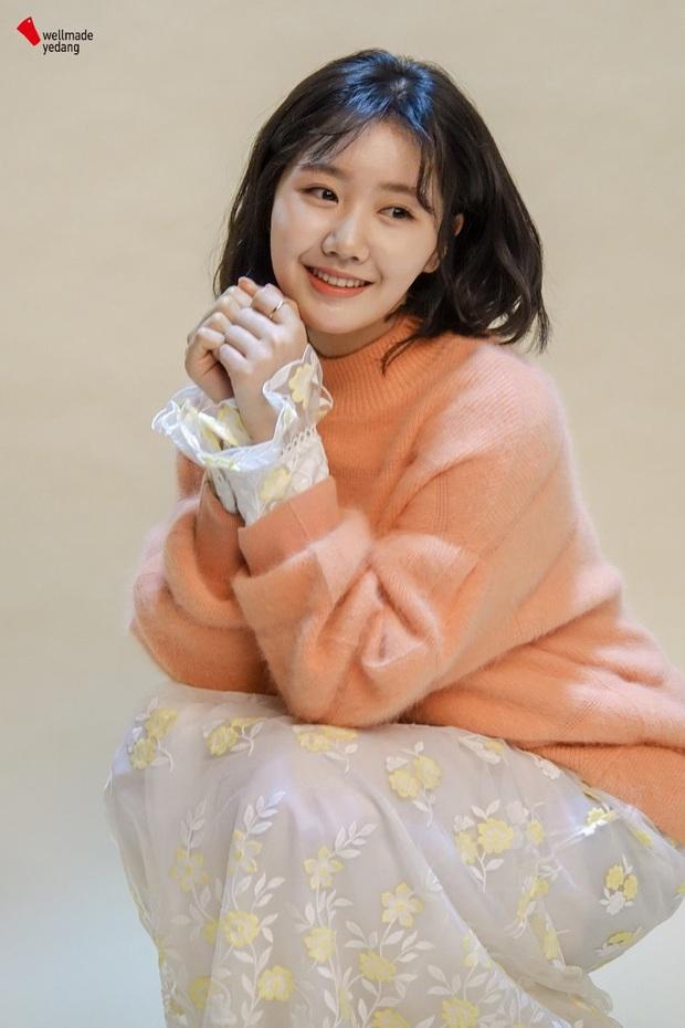 Bức ảnh gây bão hôm nay: 3 sao nhí Mặt trăng ôm mặt trời bé xíu bên Kim Soo Hyun nay lột xác, ra dáng mỹ nhân lắm rồi! - Ảnh 28.