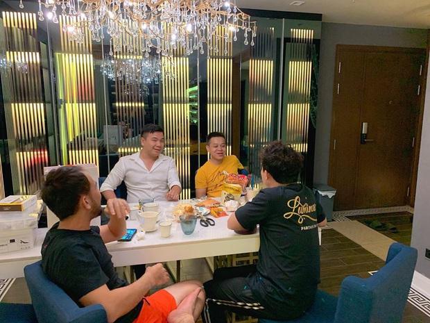 Hari Won khoe clip tập thể dục giữ dáng tại gia, ai dè dân tình chỉ dán mắt vào căn phòng ngủ siêu hiện đại - Ảnh 7.